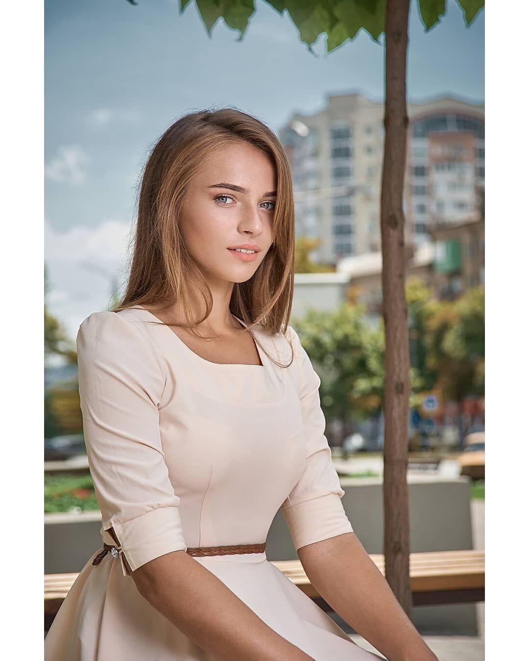 Марина Скамарохова в білій сукні