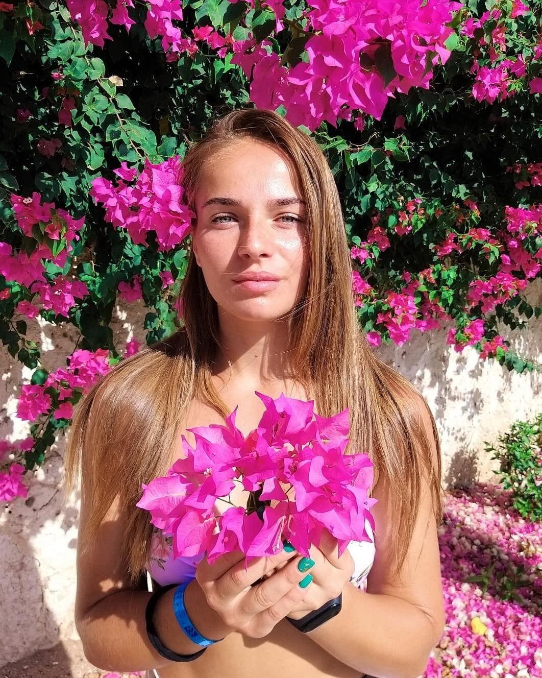 Марина Скамарохова і квіти