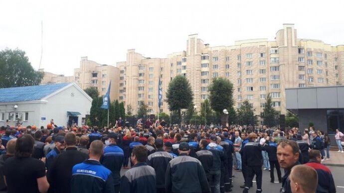 Кілька сотень робітників призупинили роботу і вийшли з цехів БілАЗу