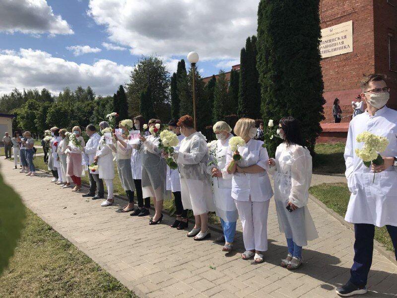 """Белорусы бастуют и скандируют """"Уходи"""": протесты против Лукашенко продолжились. Все детали"""