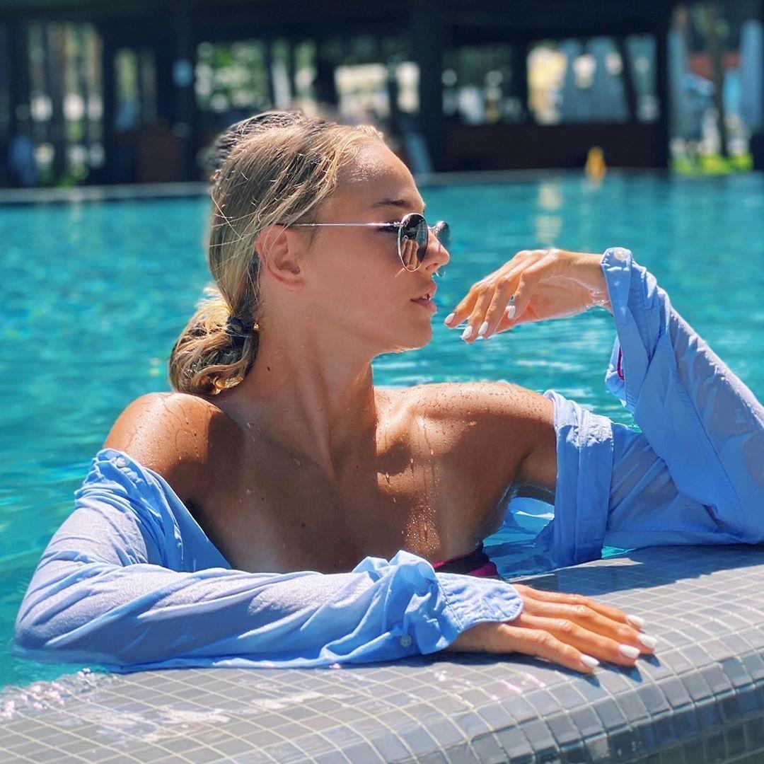 Дар'я Білодід на березі басейну