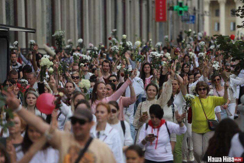Тысячи белорусов вышли на улицы Минска