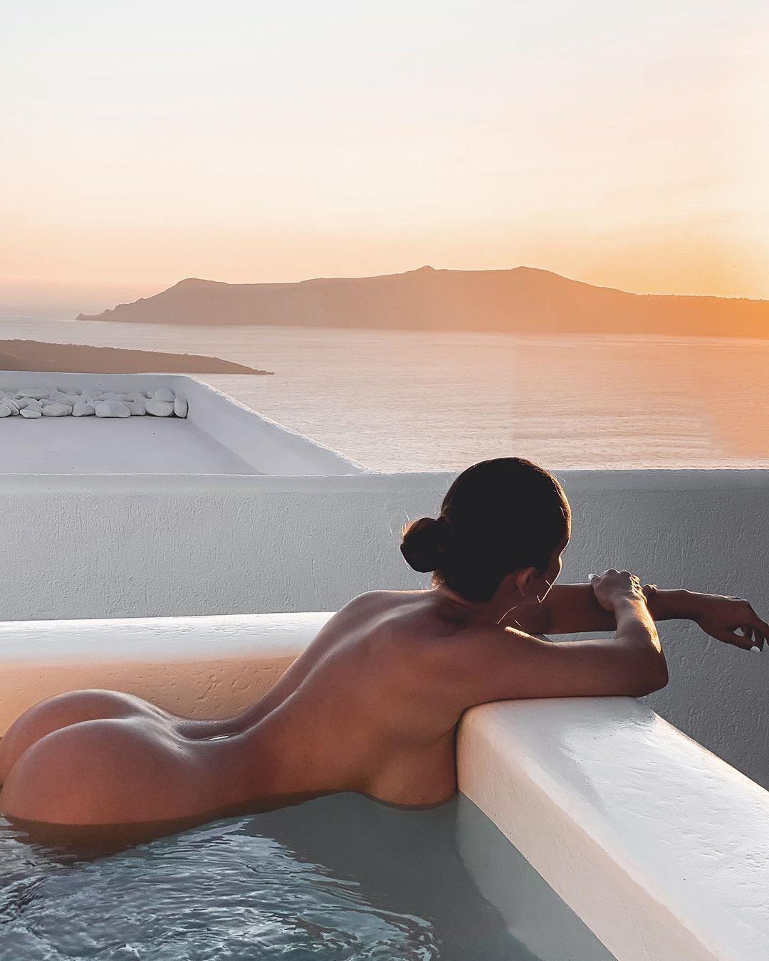 Люсия Яворчекова разделась и насладилась закатом солнца