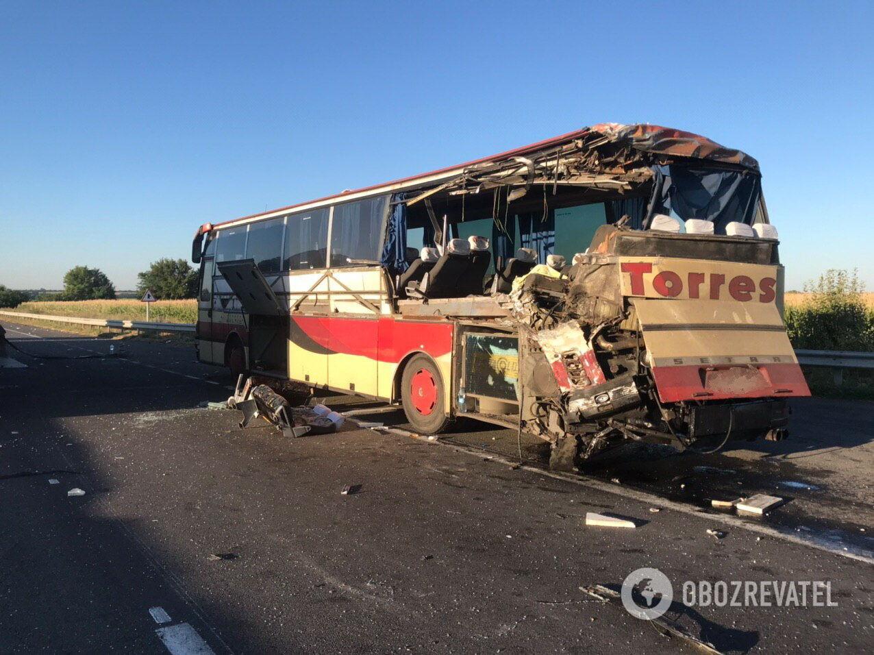 На Кіровоградщині зіткнулися рейсові автобуси: двоє осіб загинуло, ще 12 – поранено
