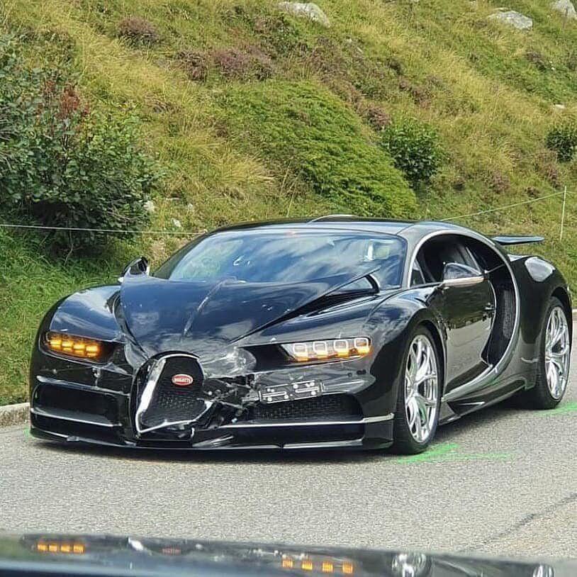 Bugatti Chiron постраждала в ДТП.