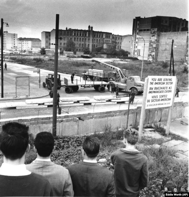 Западные берлинцы наблюдают за возведением стены 12 сентября 1961 года