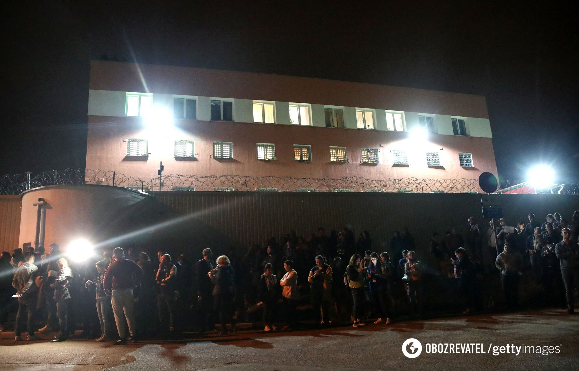 Под стенами изолятора собралось много людей