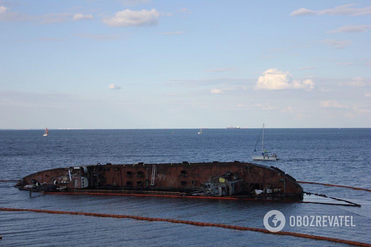 Місцеві жителі теж кажуть, що вода біля танкера періодично має неприємний запах
