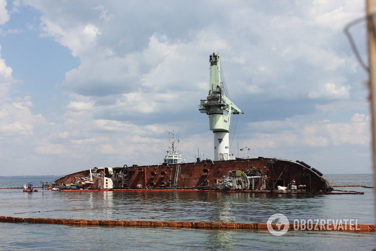"""10 серпня біля затонулого судна встановили масивний плавкран """"Атлас-4"""""""