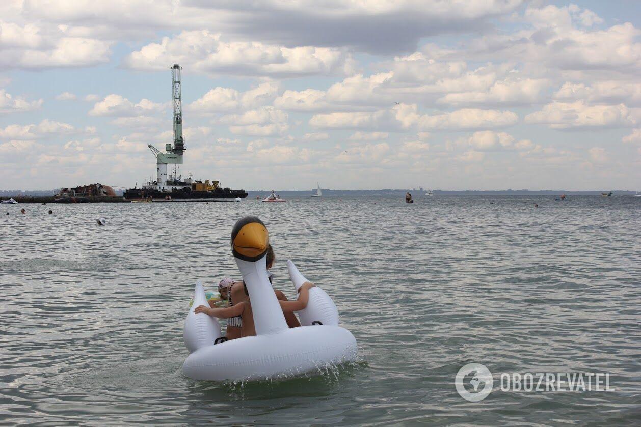 Наявність танкера людей не бентежить, вони купаються