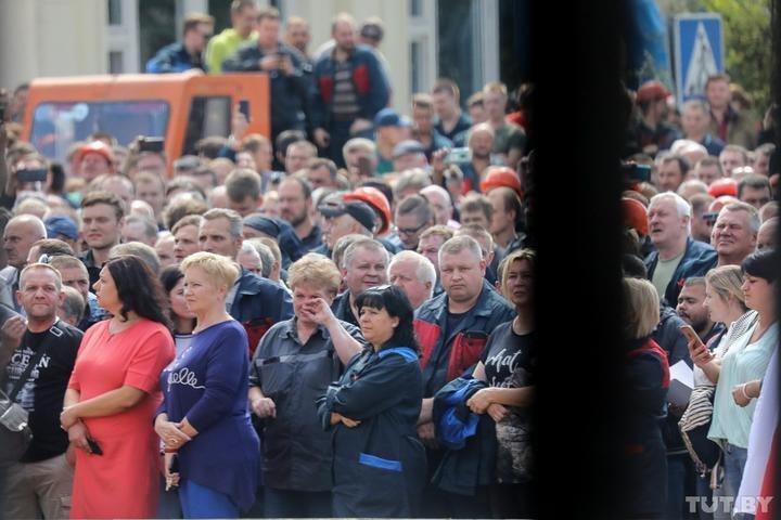 Многолюдный митинг на территории МАЗ
