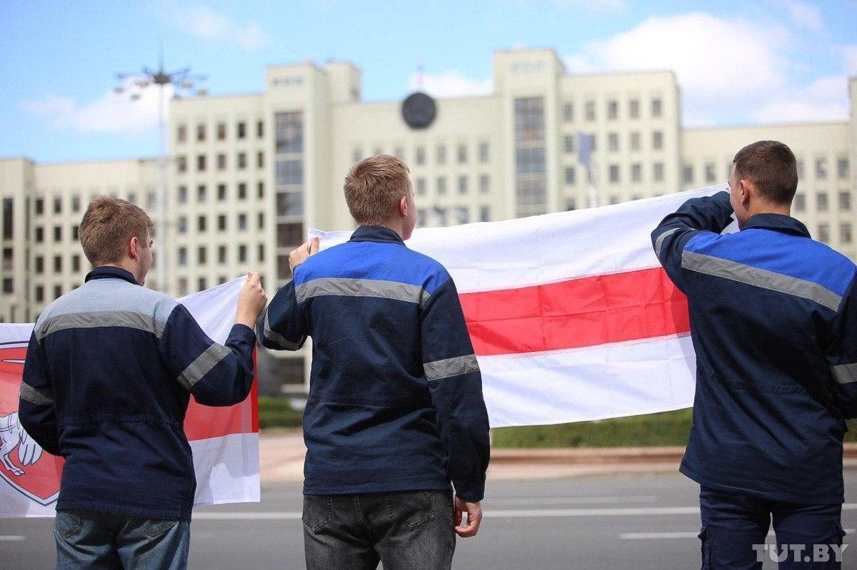 Рабочие Минского метрополитена выстроились шеренгами вдоль дорог