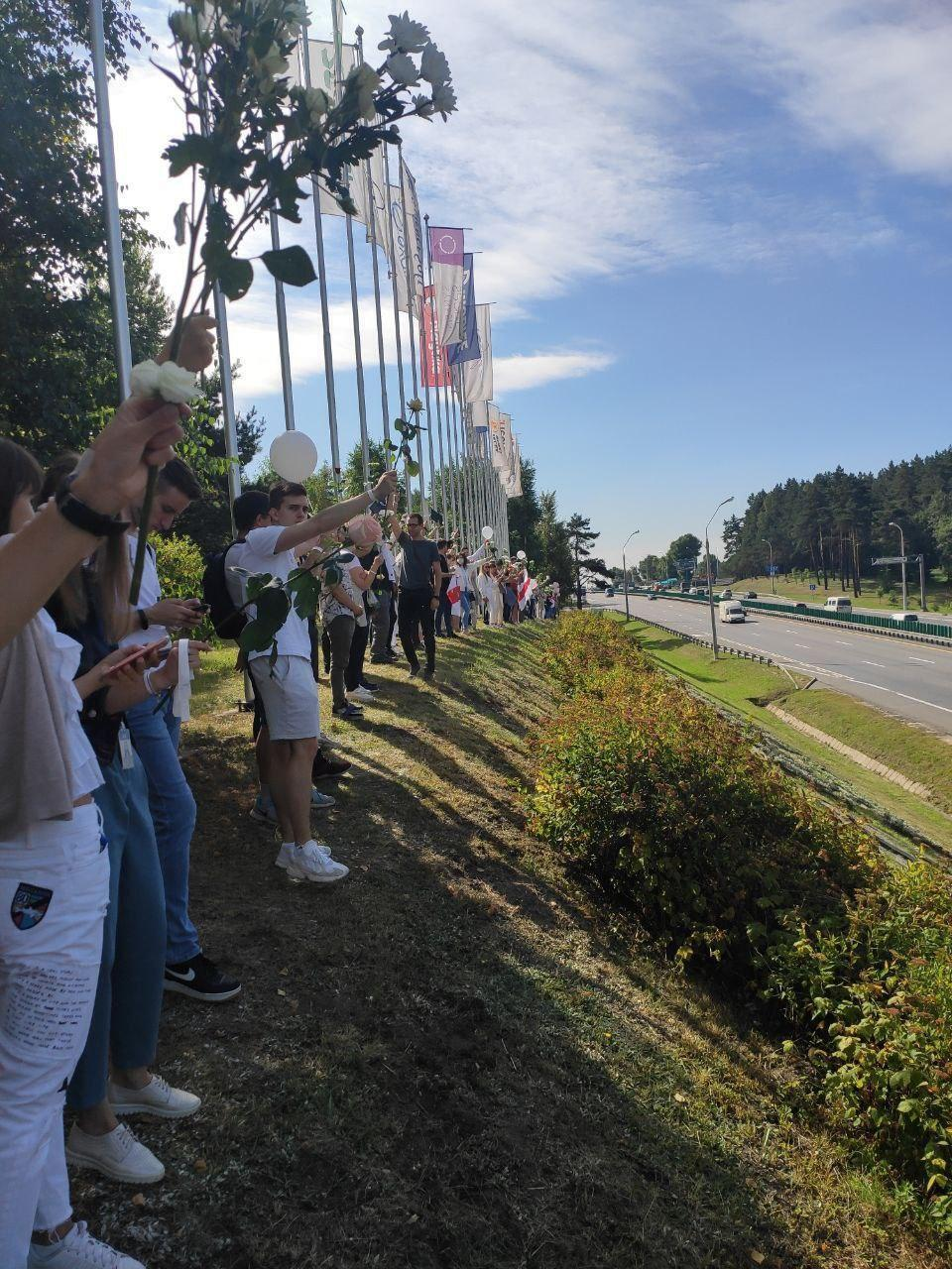 Люди просят остановить насилие в Беларуси
