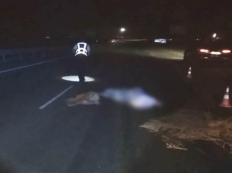 Обнаженное тело нашли на дороге.