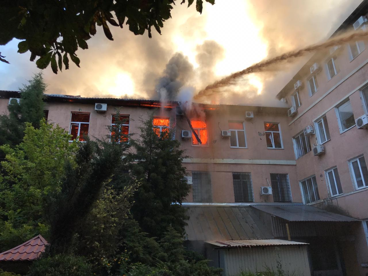 Вогонь охопив декілька поверхів