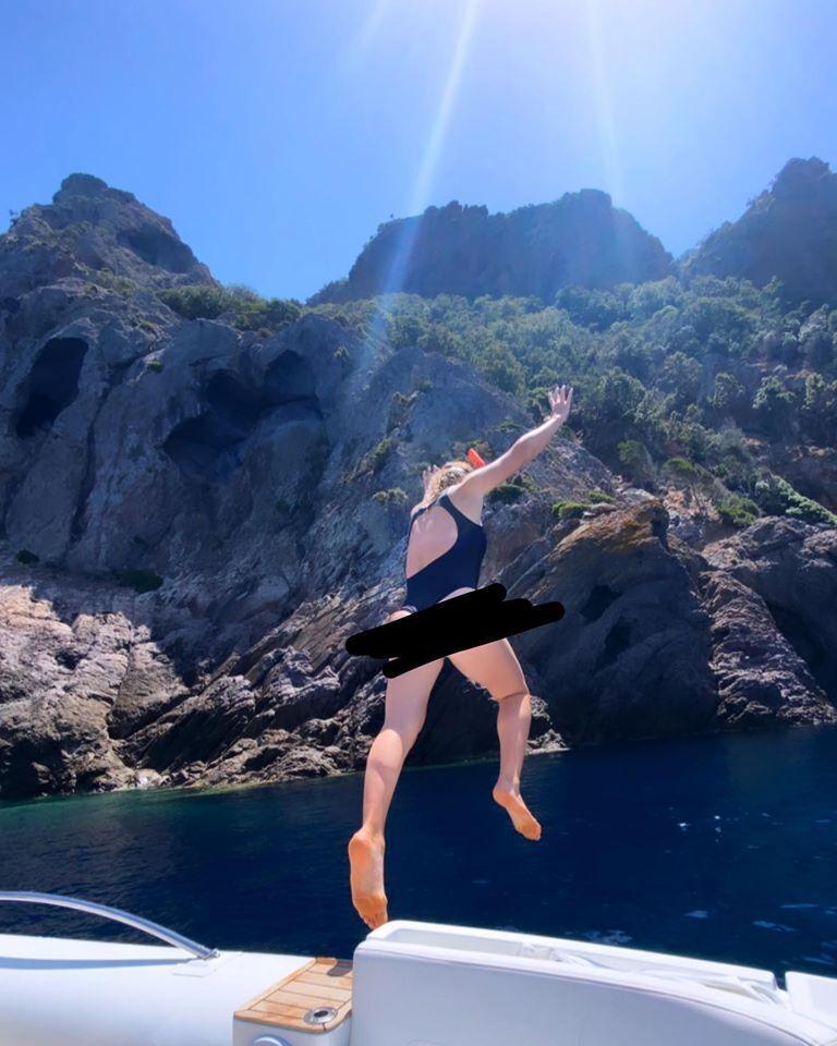 Элина Свитолина прыгает в море