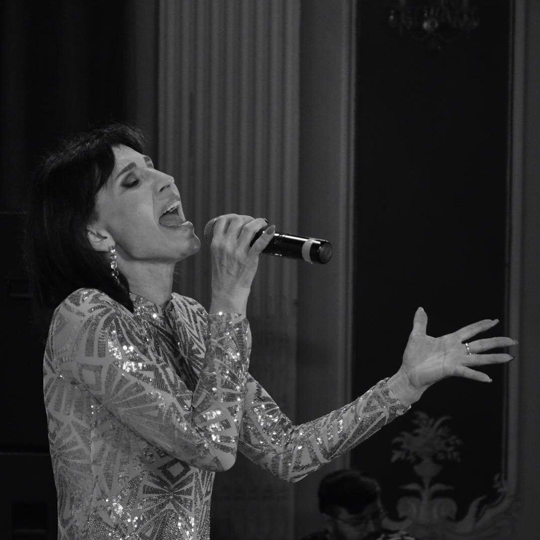Аліса Мон під час виступу