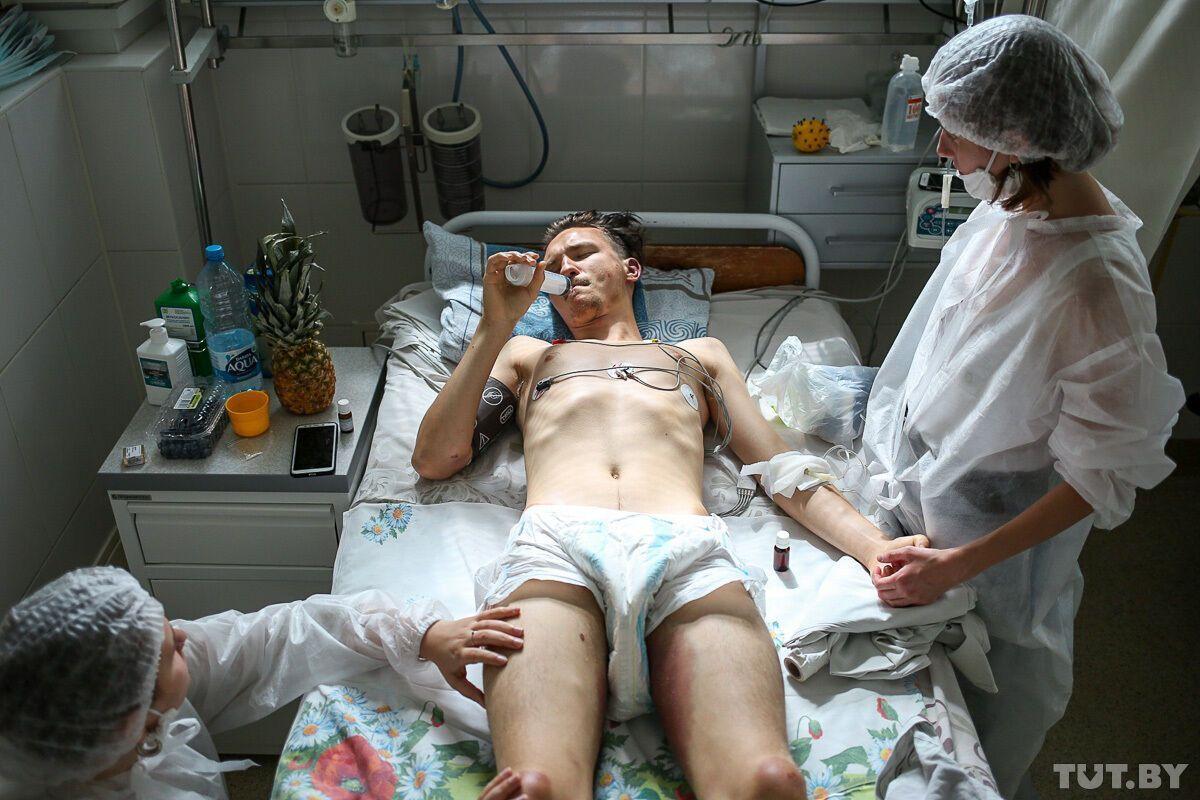 Алексей, находится в реанимации. До сих пор не может самостоятельно встать, из-за чего справляет нужду через катетер.