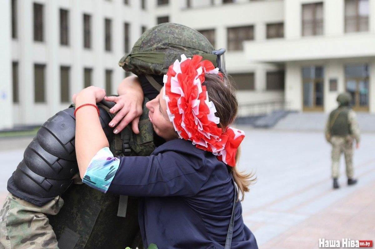 Некоторые участницы протеста обнимали правоохранителей.