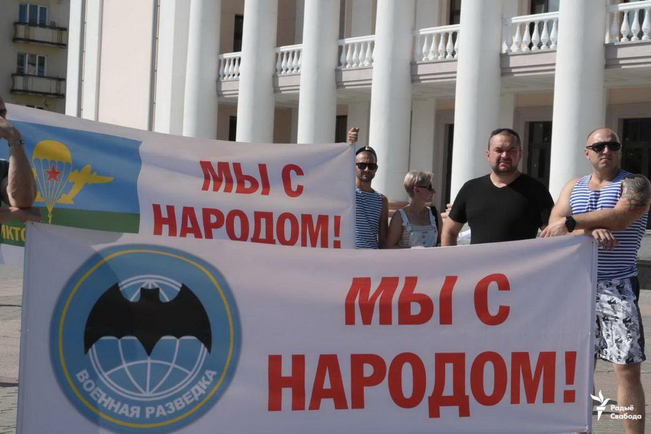 """Бойцы ВДВ в Гродно держали плакаты """"Мы с народом""""."""