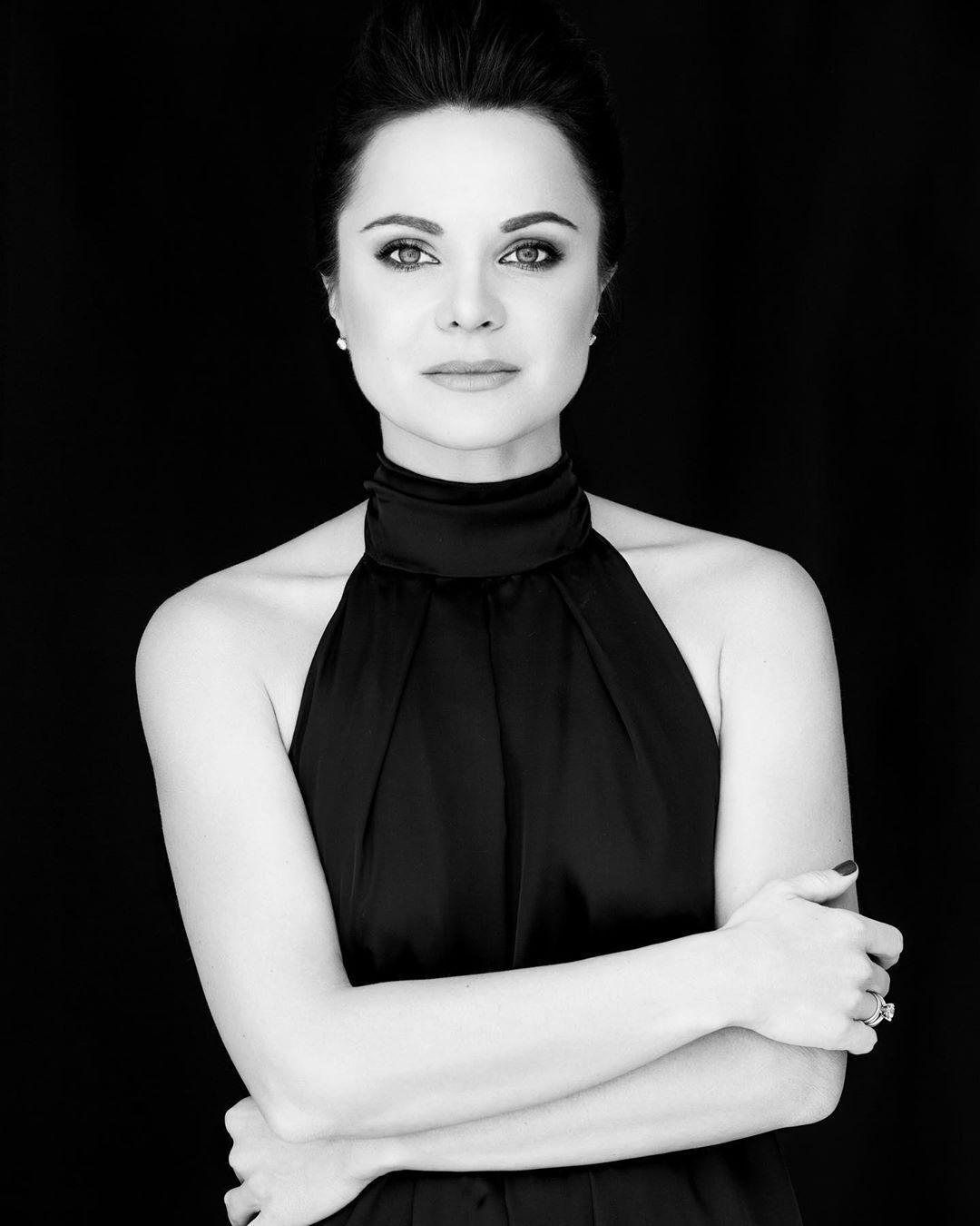 Лилия Подкопаева на черно-белом фоне