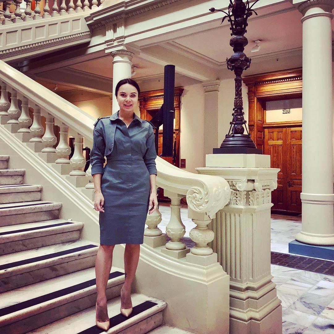 Лилия Подкопаева в деловом костюме