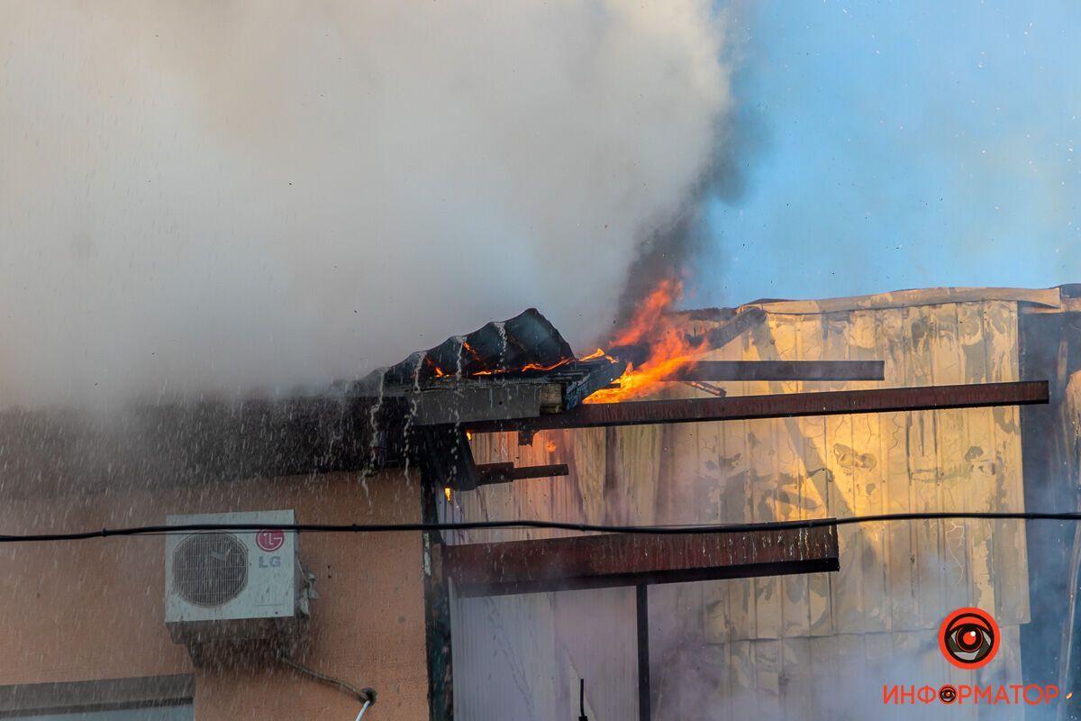 Вогонь виривався з-під даху