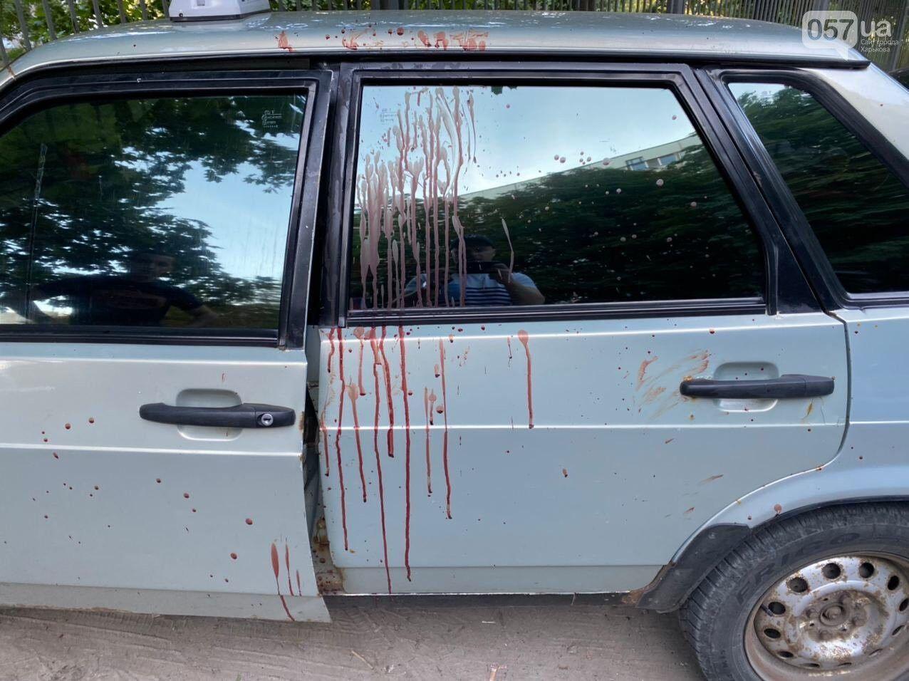 На машині видно патьоки крові.