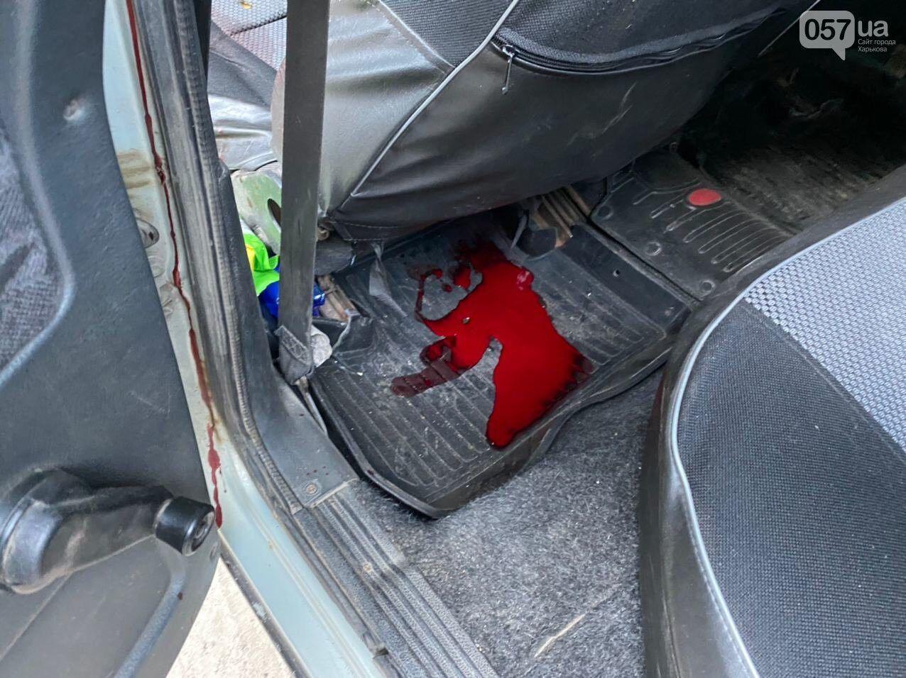 Калюжа крові під водійським сидінням