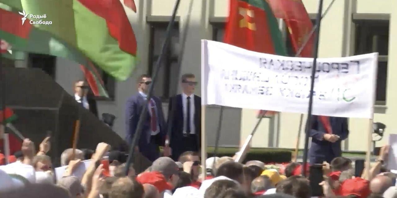 Син Лукашенка помічений на мітингу в Мінську