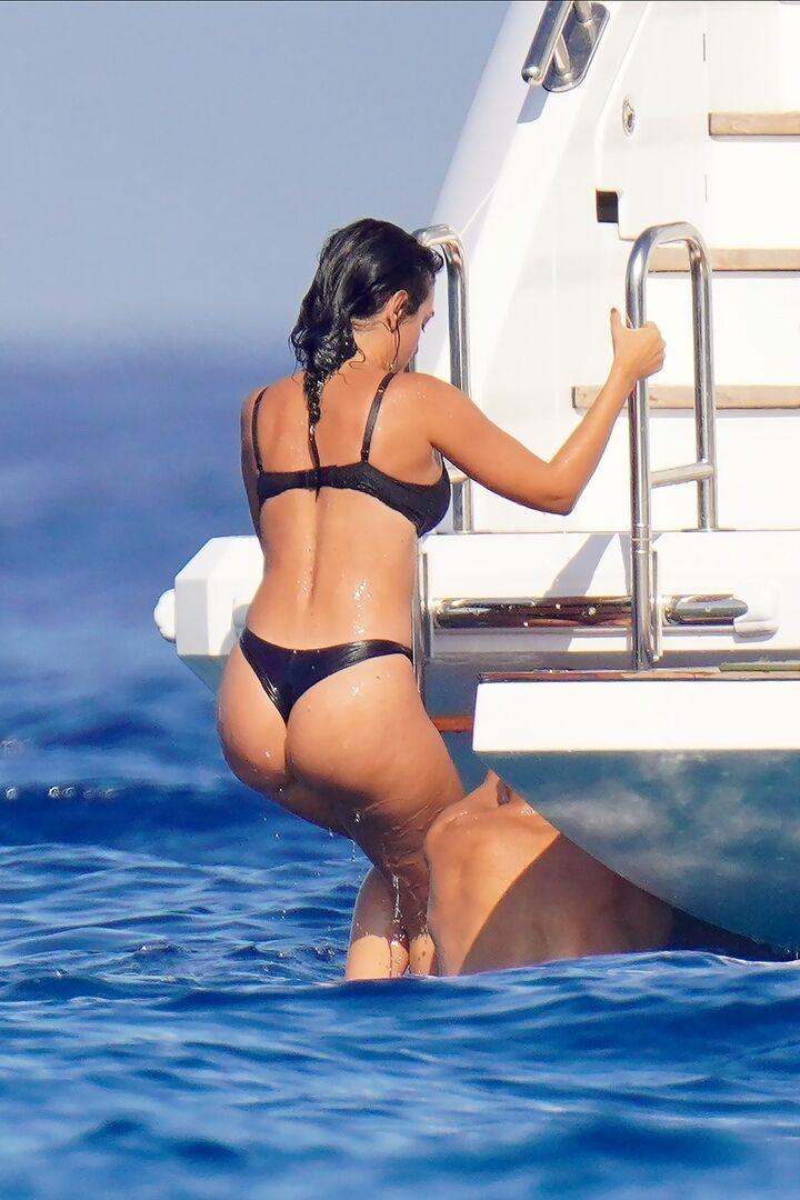 Джорджина Родрігес піднімається на яхту