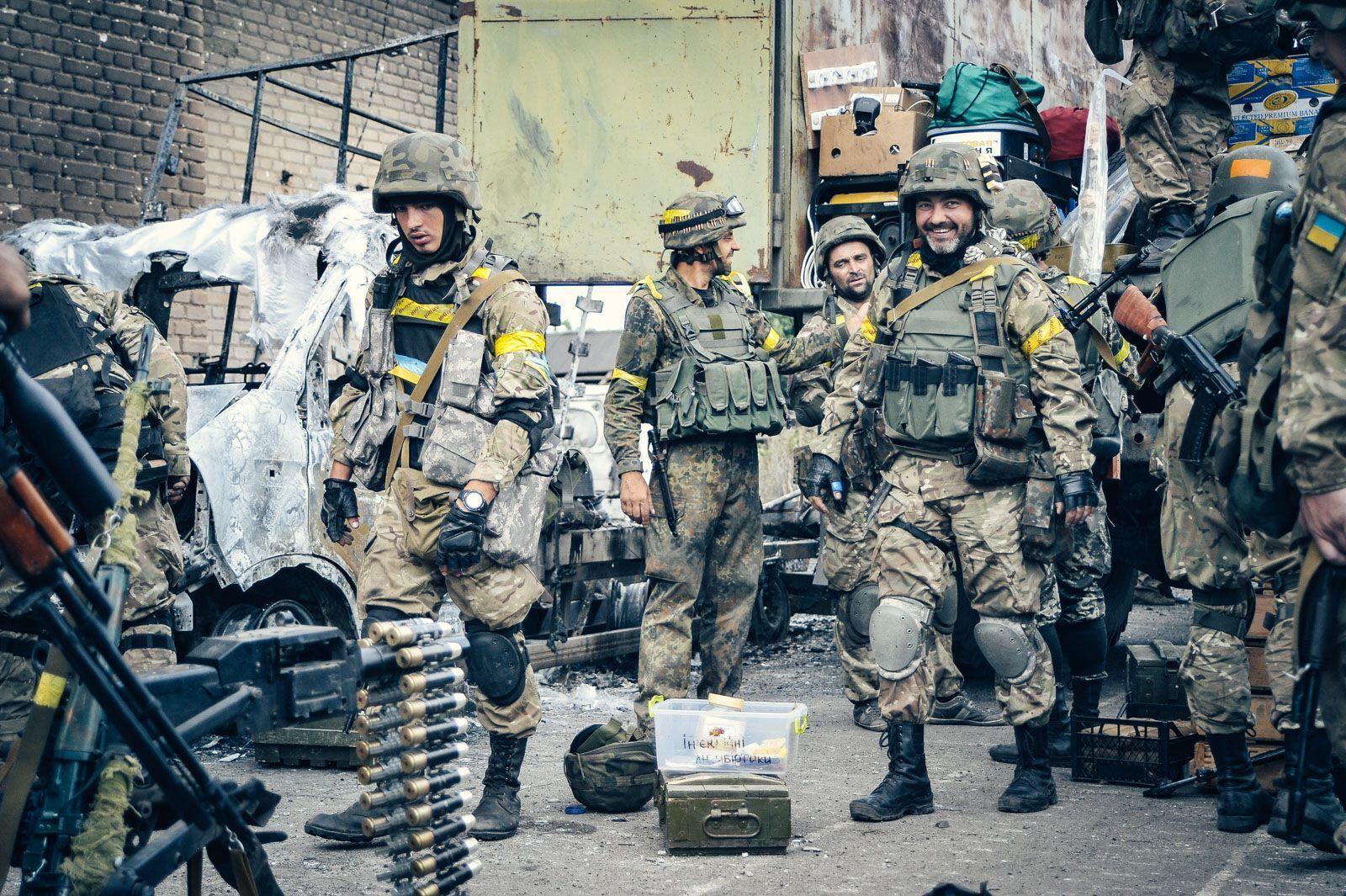 Українські воїни облаштовують свої позиції в Іловайську.