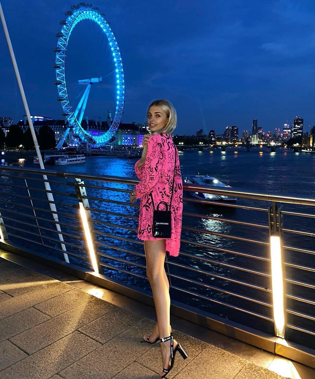 Влада Седан на фоне вечернего Лондона