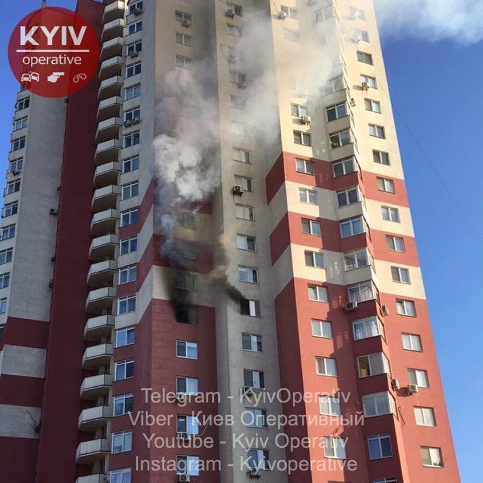 У Дарницькому районі Києва спалахнула пожежа