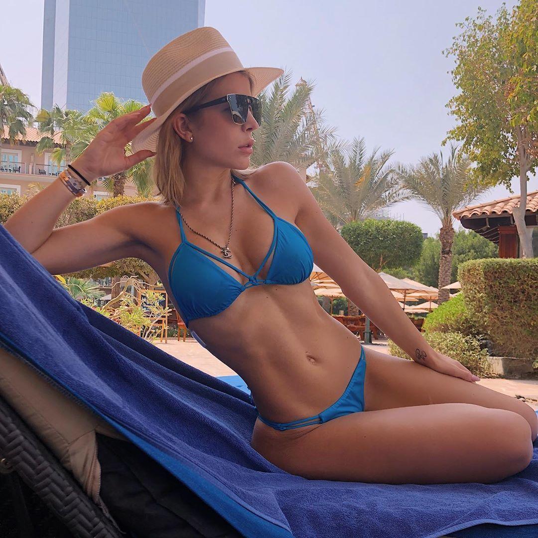 Инна Аого в синем купальнике