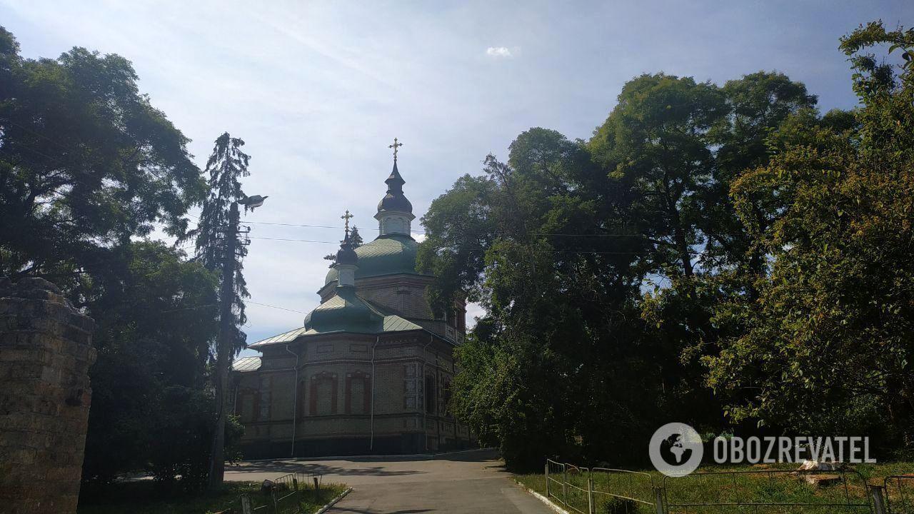 Свято-Троїцький монастир (Китаївська пустинь) розташований у Голосіївському районі Києва