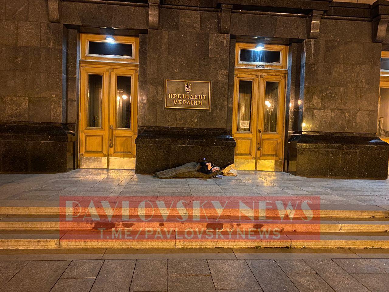 Мэр Умани заночевал в спальном мешке под Офисом президента. Фото