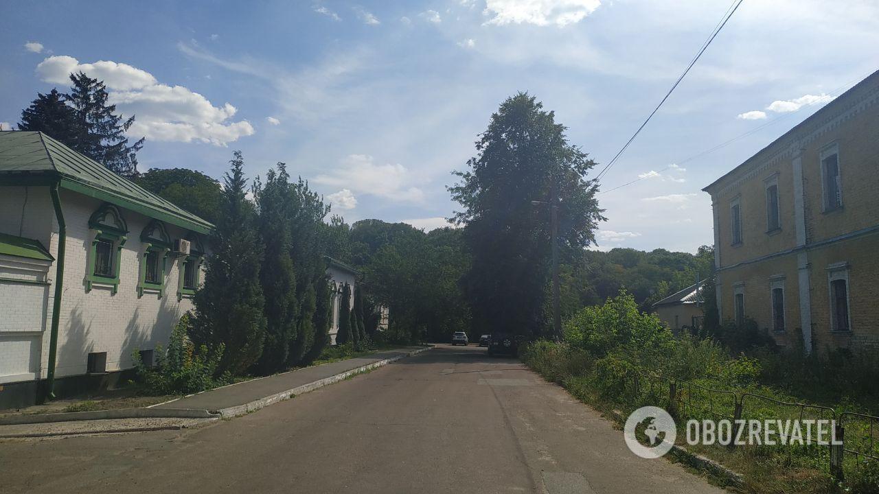 Дівчина розклеїла оголошення про зникнення сумки з документами на вулиці Китаївській