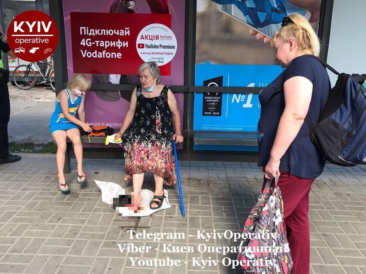 У Києві водія маршрутки звинуватили у тому, що він затиснув дверима жінку похилого віку та почав їхати