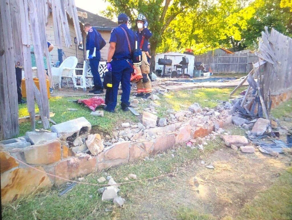 Пьяный водитель пробил каменную стену.