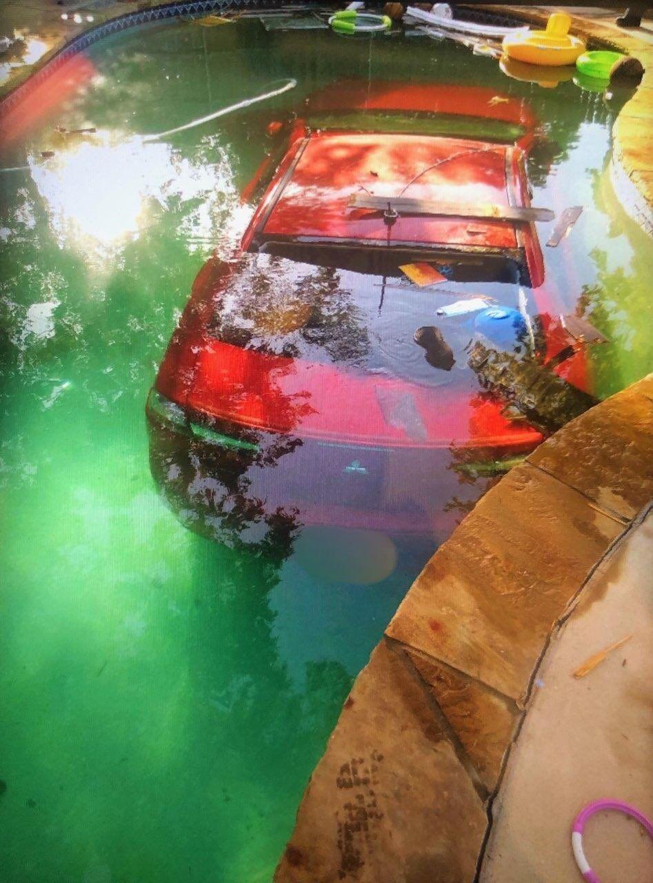 Автомобилист приземлил свой Lancer в бассейн с водой.