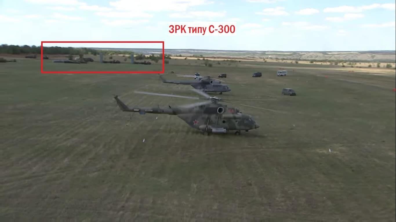 Вертолеты и зенитные ракетные комплексы на полевом аэродроме