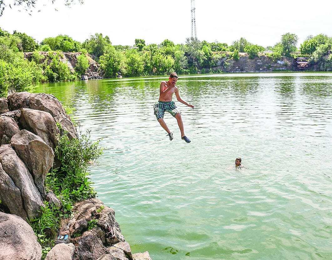 """В реке Днепр купаться можно, но не во всех местах. Фото """"Наше місто"""""""