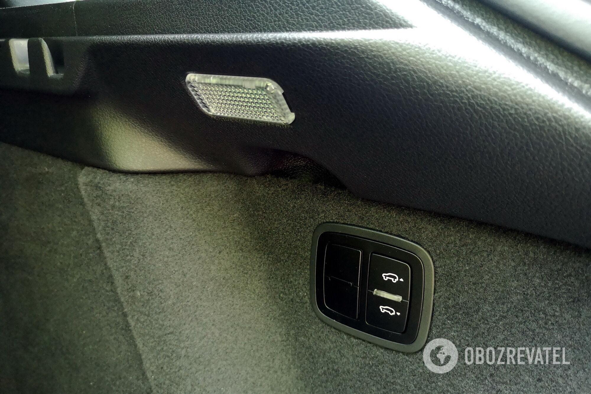 Для максимального удобства погрузки-выгрузки высоту кормы можно регулировать кнопками в багажнике. Фото: