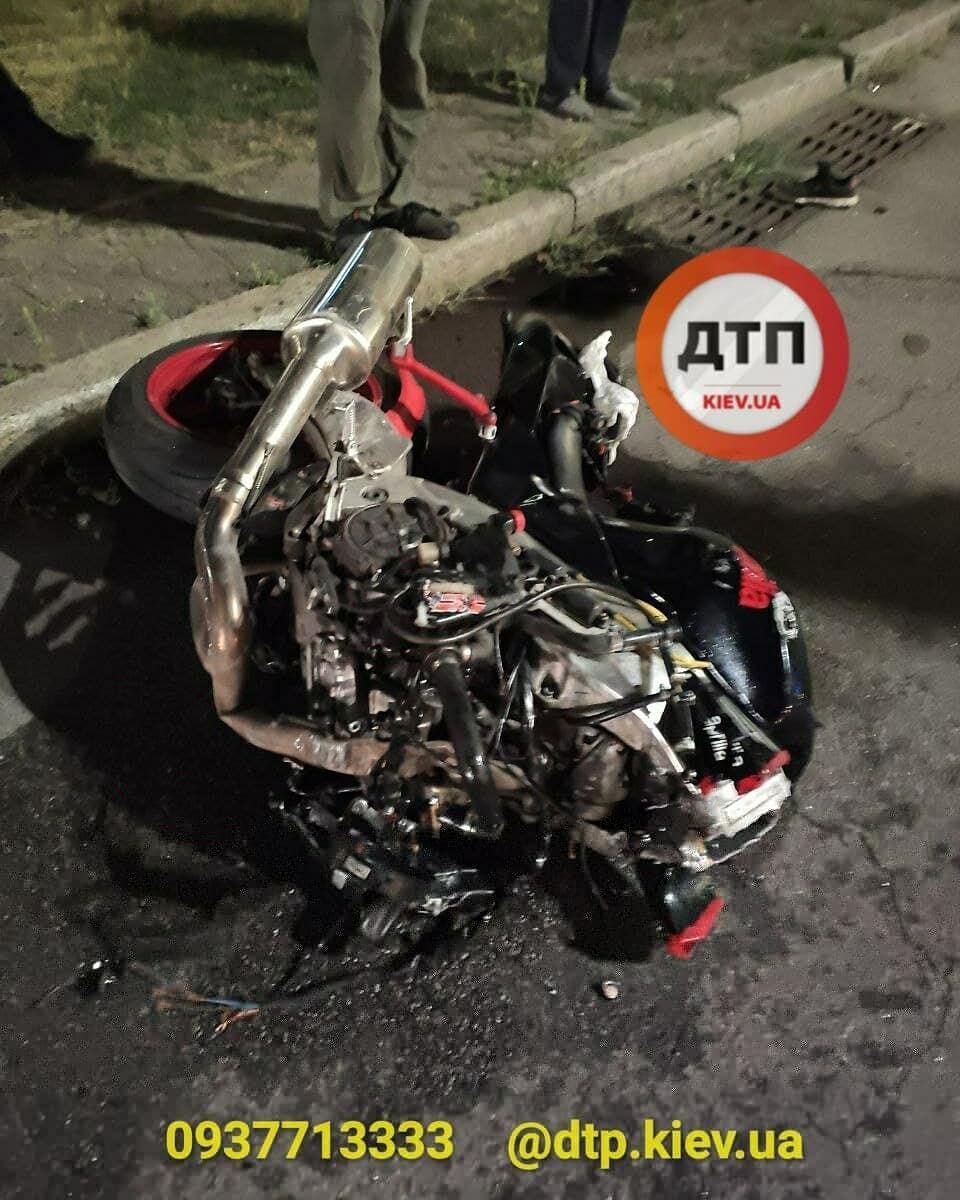 На Троещине столкнулись мотоцикл и авто