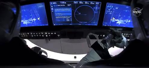 На борту космического корабля находились астронавты Боб Бенкен и Даг Херли