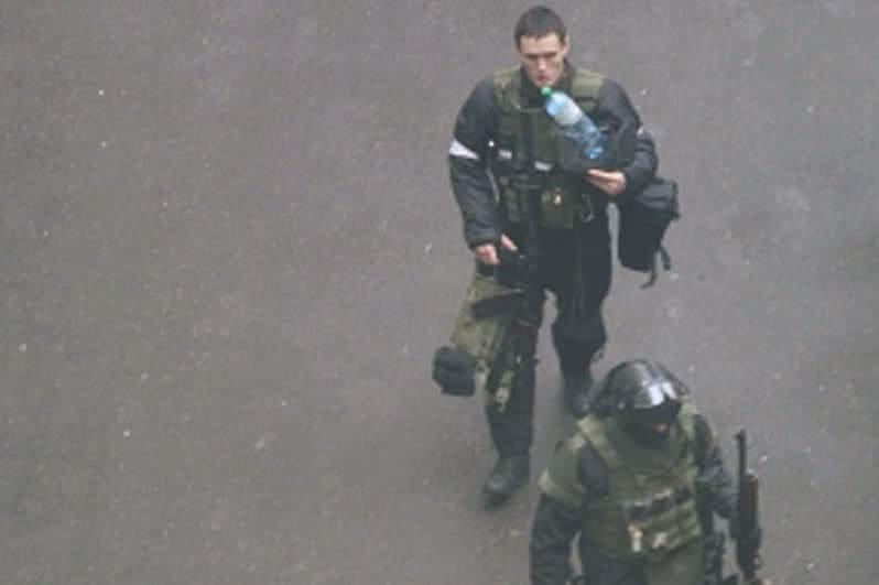 Беркутівець у дворі СБУ під час подій в Україні 2014 року, в якому побачили схожість із Бакуновичем