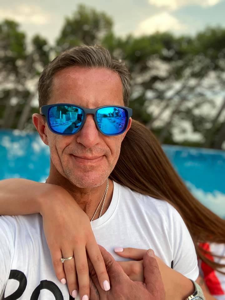Радник глави МВС показав фото з дівчиною.
