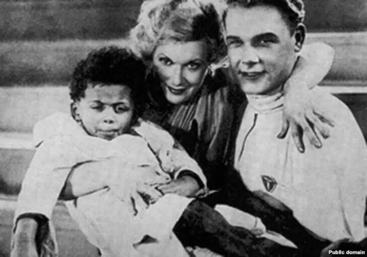 Джеймс Ллойдовіч Паттерсон (крайній зліва) – російський письменник, морський офіцер і актор, був старшим із трьох дітей афроамериканського іммігранта в СРСР і його української дружини