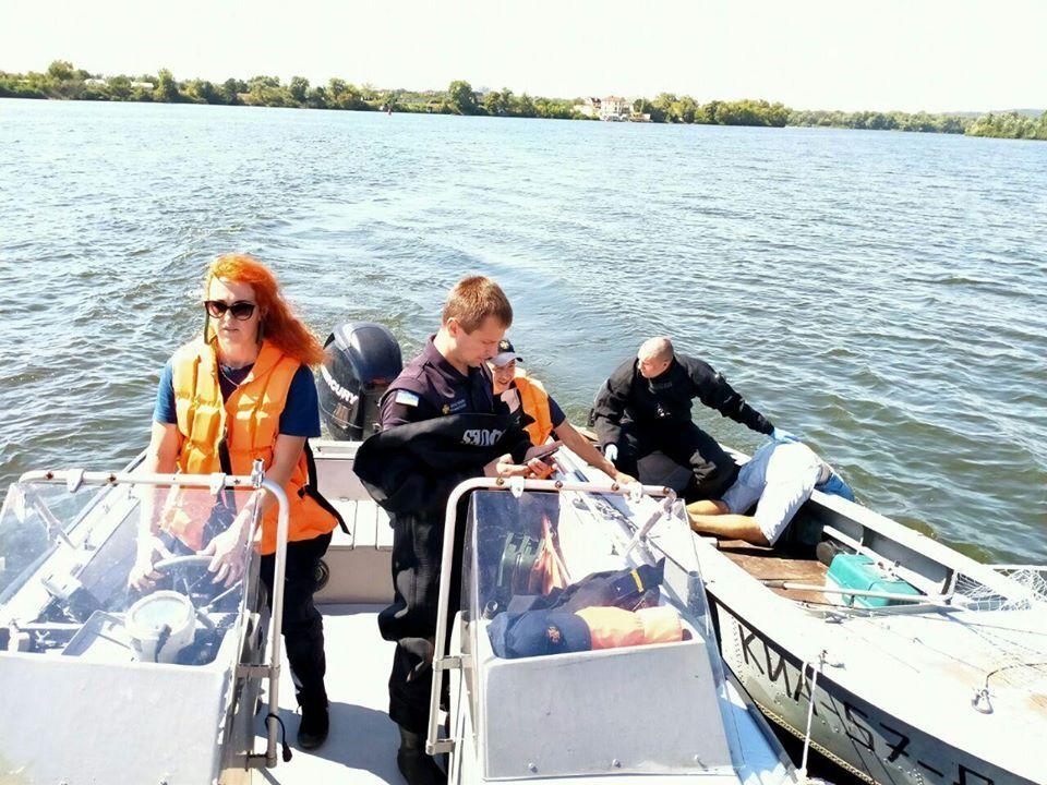 У Києві в річці Дніпро в човні виявили тіло рибалки, верхня частина якого була занурена у воду